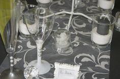 Décoration de table (gris) -- www.le-geant-de-la-fete.com @legeantdelafete #deco #table #inspiration  #decoration #flute #assiette #vaissellejetable  #chemindetable #gris #nom #bougie