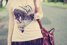 Look com saia com franjas e estampa étnica blusa com estava de raposa sapatilha e bolsa borgonha