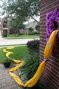"""Originales ideas para armar una fiesta temática de """"Rapunzel"""". Con el extraño poder de Rapunzel, sus 21 metros de cabello, y el encanto de Flynn Ryder, un bandido muy cautivador, embárcate en una fantástica fiesta de cumpleaños llena de diversión y toneladas de pelo. Algunas ideas que te sugerimos… Arma muchas trenzas para incluirlas tanto en la decoración (puertas, balcones, …"""
