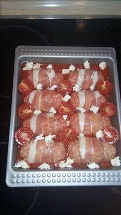 Hackröllchen-Mozzarella & Zucchini Nudeln Zutaten: 1 Zwiebel 1 EL Tomatenmark 1 Dose Tomaten stückig 1 TL Gemüsebrühe (instant) 500g gemischtes Hackfleisch 1 Mozzarella Kugel 8 Scheiben Bacon (ca. 100g) 4-5 Cherry Tomaten 2 kleine Zucchini Knoblauch, etwas Öl, Salz, Pfeffer, Süßstoff