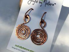 Light-catching hammered spiral earrings; copper, silver; #handmade https://www.etsy.com/listing/269063022 #etsymntt #jewelry #boho