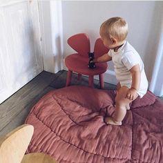 The soft Leaf Blanket from @nofred- use as a play mat, a cuddle blanket, a bed throw or as a rug. Available in pink and green   DKK 799. Shop link in bio.  #studiominishop #nofred #leafblanket #kidsinterior #børneværelse #legetæppe #sengetæppe #babytæppe