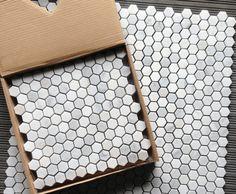carrelage hexagonal sous la forme de mosaique en marbre blanc- Venato par Carrara