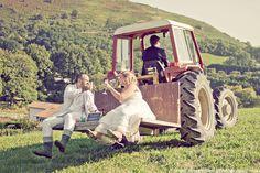On pourrait faire une séance ou j'utilise le tracteur de mon père ou la mariée conduit