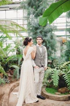 Почему бы не приблизить весну, устроив фотосессию в оранжерее? Насладиться теплом и свежестью зелени посреди холодного зимнего города — настоящая сказка!    #wedding #bride #flowers