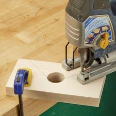 Woodworking Jigsaw Miter Joint Clamp Jigsaw - Make these amazing miter joint clamps now so that you have them the next time someone needs a frame. Woodworking Jigsaw, Woodworking Guide, Woodworking Workbench, Woodworking Workshop, Popular Woodworking, Woodworking Techniques, Woodworking Projects Diy, Woodworking Furniture, Diy Wood Projects