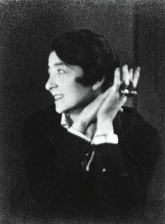 有名なアイリーン・グレイのポートレート。撮られたのは彼女が48歳の時。撮影したのは、女性写真家ベレニス・アボットである。彼女のことをちょっと紹介しようと思...
