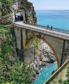 Veľkolepé pobrežie Amalfi v Taliansku Beautiful Places To Visit, Wonderful Places, Places To Travel, Places To See, Belle Image Nature, Travel Around The World, Around The Worlds, Bridges Architecture, Old Bridges
