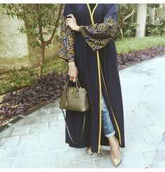 Fashion Arabic Style Illustration Description Hijab Fashion Love the Abaya bag and shoes. Hijab Fashion 2016, Niqab Fashion, Muslim Women Fashion, Islamic Fashion, Modest Fashion, Fashion Trends, Mode Abaya, Mode Hijab, Modest Wear