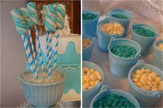Decoração de festa de aniversário com o tema Frozen. Docinhos.