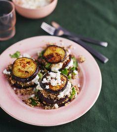Jauhelihalla täytetyt munakoisokiekot. Paistetut munakoisokiekot kootaan torneiksi! Niiden väliin sujautetaan kuskusia ja maustettua jauhelihaa. Koko komeus viimeistellään jugurtilla ja fetalla.