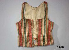 Livstycke i 1700-talsmodell 1770.99 med skört, av fint kamgarnsylle i satin, varprandigt i rött, gult, grönt och vitt med vitt inslag. Invävda vita blombårder i kypertbindning i de röda ränderna och med stjärnmönster i i de gröna ränderna. Tyget kallas blommerad kalmink. 18th Century Stays, Folk Clothing, Viking Age, Period Costumes, Looks Style, Georgian, Bodice, Tank Man, Vogue