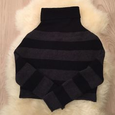 Vince cropped gray black sweater turtleneck small Perfect condition! Vince Sweaters Cowl & Turtlenecks