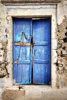 The Ambling Photographer: The Old Blue Door, Santorini island, Greece… Les Doors, Windows And Doors, Cool Doors, Unique Doors, Portal, Knobs And Knockers, Door Knobs, Entrance Doors, Doorway