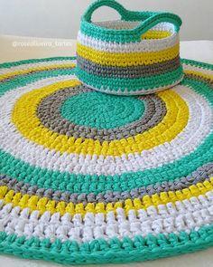 Detalhes do tapete  olhando de pertinho aqui ficou muito lindo.  E já recebi encomenda de um para menina aguardem mais fofurices  #tapetes #cestos #trapillo #fiosecologicos #fiosdemalha #rugs #alfombras #basket #crochet #decorinfantil by roseoliveira_tartes