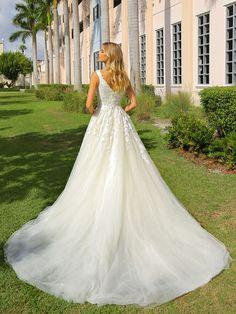Schulterfreies Brautkleid mit Corsage und Spitzenapplikationen auf dem Oberteil und tiefem V-Neck. Wedding Dresses, Fashion, Bridle Dress, Gowns, Bride Dresses, Moda, Bridal Gowns, Fashion Styles, Weeding Dresses
