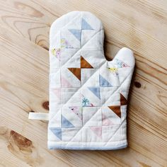 small batch quilted oven mitt by The Linen Closet Studio Potholder Patterns, Quilt Patterns, Sewing Patterns, Apron Patterns, Potholders, Dress Patterns, Small Sewing Projects, Sewing Crafts, Quilting Projects