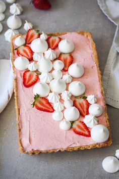This Strawberry Mousse Tart is a soft silky real strawberry mousse, inside a crisp tart shell & topped with crispy meringue kisses. A beautiful Spring dessert. Mini Desserts, Spring Desserts, Sweet Desserts, Delicious Desserts, Yummy Food, Dessert Healthy, French Desserts, Plated Desserts, Tart Recipes