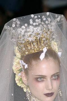Christian Lacroix Haute Couture Christian Lacroix, Elie Saab Printemps, Dress Vestidos, Tiaras And Crowns, Headdress, Couture Fashion, Paris Fashion, Makeup Inspiration, Fashion Inspiration