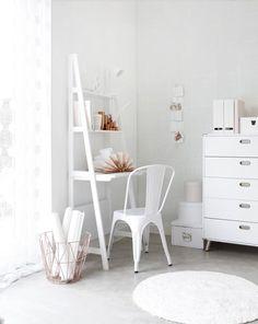 Chaise tolix blanche dans un bureau . chaise-design-on-adore-tolix-blanche-mademoiselle-claudine