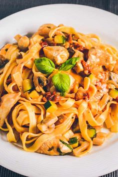 Pasta med cremesauce og kylling. Nem hverdagsmad. Nem pastaret med kylling. Lækker hverdags cremet pasta med kylling. Real Food Recipes, Vegetarian Recipes, Cooking Recipes, Healthy Recipes, Food C, Pot Pasta, Recipes From Heaven, Everyday Food, Food Dishes