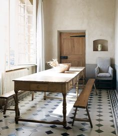 I'm obsessed with this dining room table! WANT this for the kitchen. In a shorter version, of course. But the drawers are awesome!