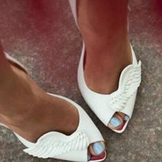 White wings-kinda cute!! Something about  these makes me want to dance #shoes #pumps #highheels via @Glamorable!