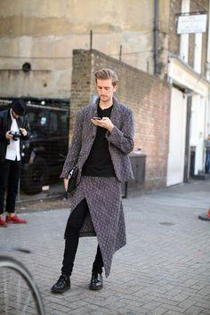 missdesilva:  leauxnoir:  theboyinkenzo:  On the street in London  This is interesting!  Oftttt