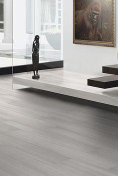 Una decoración de hogar moderna y minimalista. El #suelo #laminado Pino Shell Blanco, de la colección Breeze Line, de TerHürne tiene un acabado de madera blanca muy luminosa y elegante. #homedesigne #decoración #diseño #interiorismo