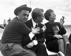 """ederico Fellini, Marcello Mastroianni y Sophia Loren en un descanso del rodaje de """"Otto e mezzo"""" (1963)."""