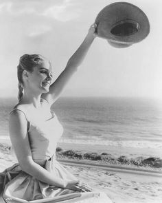 no me canso Golden Age Of Hollywood, Vintage Hollywood, Yvette Mimieux, 60s Icons, Style Icons, Safari Wedding, Vintage Safari, Blonde Celebrities, Ocean Scenes