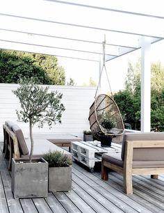 inspirace terasa přírodní dřevo (patina), betonový vzhled květináčů, rostliny v stříbřitém tónu, bílá barva v kombinaci s šedou