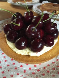 Verse kersentaart met vanille botercrème