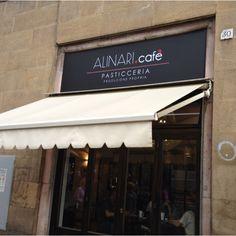 Se cercate un caffè fuori dalla stazione di Firenze occhio a questo: prezzi spropositati 27 euro x 3 caffè e 3 pasticcini, seduti fan pagare 2 euro un bicchierino d'acqua naturale...