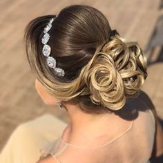 Lange Haarmodelle - Entdecken Sie penteadossonialopes & Bom dia ☺️☺️ Que a nossa semana . Quince Hairstyles, Evening Hairstyles, Bride Hairstyles, Bun With Curls, Hair Up Styles, Quinceanera Hairstyles, Hair Styler, How To Make Hair, Hair Day