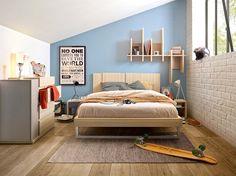 Univers complet, avec étagère murale, tables de chevet, armoire, commode et lit, finitions chêne. ©Gautier