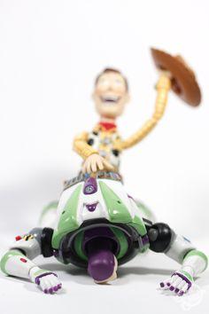"""Méchant, voyeur, pervers, libidineux… Hors-caméra, Woody se lâche. Découvrez le vrai visage du héros de la saga Toy Storygrâce aux fabuleuses photos du designer new yorkais The One Cam, réunies sur le Tumblr """"Sinister Woody"""".  http://www.minutebuzz.com/2012/07/03/toy-story-sinister-woody-detournement-pervers/#"""
