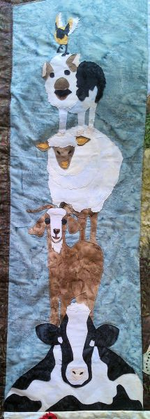 Bedsprei in boerderij motief. Het detail zit links boven in het sprei. Voorstelling dieren op de boerderij.