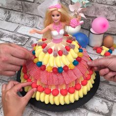 Bolo Barbie, a receita em vídeo por Chefclub Barbie Torte, Bolo Barbie, Barbie Cake, Barbie Barbie, Luau Birthday Cakes, Barbie Birthday Cake, Frozen Birthday Party, Barbie Decorations, Candy Bouquet Diy