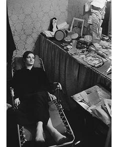 """Les plus belles photos des #archives de @ParisMatch_magazine - #1965. La chanteuse #Barbara et l'humoriste #GuyBedos ouvrent la saison de #Bobino. Barbara est en tête d'affiche du spectacle. Guy #Bedos fait la première partie avec 11 sketches durant 50 minutes. Barbara est au piano accompagnée de #JossBaseli à l'#accordéon et de #PierreNicolas à la basse. Elle chante 28 chansons dont #Göttingen #Nantes """"La solitude"""" """"Au bois de Saint-Amand"""" et """"Le temps des lilas"""". Barbara entre en scène…"""
