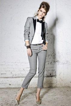 シンプルなスーツに合わせるだけでもよそ行きコーデの完成!あえて七分丈にすることで美脚効果も得られます♪パンツスタイルが好きなあなたにおすすめ‼