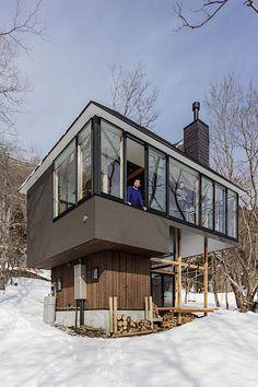 Celá strana horní části domu směřující k jezeru je prosklená.