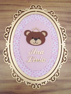 Esse Quadrinho para Maternidade vai encantar até as mais exigente mamães!!!! <br> <br>Confeccionada todo em mdf cortado a laser, proporcionando ótimo acabamento, com moldura pintada em dourado, 2 níveis de fundo sobrepostos forrados com tecido, nome personalizado e ursinha princesa! <br> <br>Podemos fazer outros motivos, estampas e cores! Baby Frame, Name Plaques, New Baby Products, Diy Home Decor, Decoupage, Backdrops, Decorative Plates, Christmas Decorations, Diy Crafts