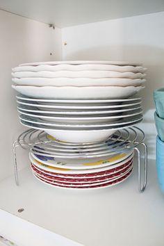 Reaproveite o suporte que vem dentro do microondas para empilhar os pratos, assim você ganha espaço no armário aproveitando bem a altura do mesmo.