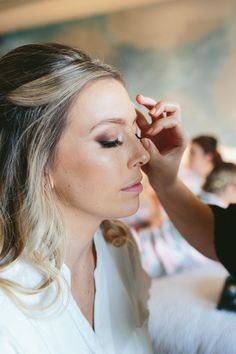 Bridal makeup for the bride! False eyelashes for longer lashes! (Photo: Birchblaze)