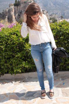 ''El look constaba de prendas básicas, vaquero, camisa blanca y snakers con animal print. '' Pantalón: Zara | Camisa: Mango | Zapatillas: Zara | Chaqueta: H&M | Gafas: Rayban | Mochila: Primark