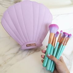 Esta colección de pinceles de maquillaje que viene en una caja de cáscara perfecta. | 26 Beauty Products That Will Make You Feel Like A Mermaid Princess