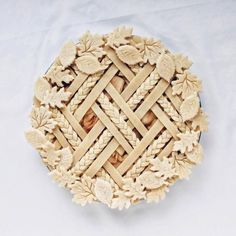 Learn techniques for gorgeous decorative pie crust for your holiday pies, from lattice to braids to leaves and how to put them all together. Pie Crust Recipes, Apple Pie Recipes, Apple Pies, Creative Pie Crust, Beautiful Pie Crusts, Apple Pie Crust, Pie Crust Designs, Pie Decoration, Pies Art