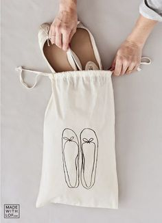 Made with lof: DIY – Your custom shoe bag in 5 minutes!- Made with lof: DIY – Your custom shoe bag in 5 minutes! – Made with lof: DIY – Your custom shoe bag in 5 minutes! Diy Tote Bag, Reusable Tote Bags, Diy Sac, Diy Bags Purses, Techniques Couture, Linen Bag, Fabric Bags, Cotton Bag, Diy Shirt