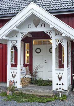 EN KJÆRLIGHETSERKLÆRING: Flotte utskjæringer rundt inngangspartiet kjennetegner mange gamle sveitserhus, og rødt og hvitt sammen gir nesten litt eventyrstemning. Oddvar overrasket Camilla med initialene deres under taket på inngangspartiet | LEV LANDLIG